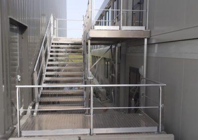 Fourniture et pose d'un escalier + passerelle sur mesure en aluminium à la base logistique du chantier des éoliennes en baie de St Brieuc.